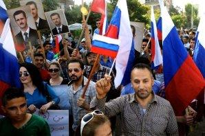 Sírios em frente à embaixada russa em Damasco expressando seus agradecimentos à Rússia, 2015. Crédito: SANA/voanews.