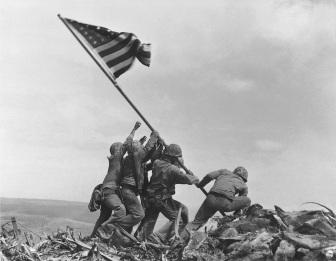 Soldados norte-americanos erguem sua bandeira no MOnte Suribachi. Crédito: AP Photo/Joe Rosenthal/ Time.