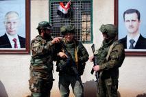 Soldados sírios e russos são vistos em um posto de controle próximo ao campo de Al-Wafideen em Damasco. Crédito:Omar Sanadiki/ Reuters/Newsweek