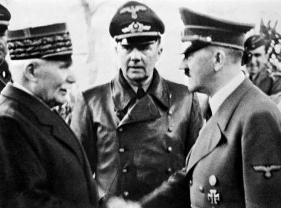 Philippe Petain (E) cumprimenta Adolf Hitler em outubro de 1940, em Montoire-sur-le-Loir, durante conversações no final das quais concorda com as condições de Hitler, incluindo a colaboração da França ocupada com a Alemanha nazista. Crédito: AFP - Getty Images/IBT.