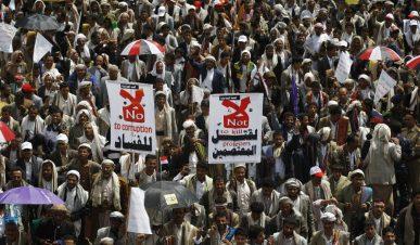 Nesta foto de 12 de setembro de 2014, Houthi Shiite protesta depois que outros manifestantes foram mortos em confrontos com a polícia iemenita, durante um cortejo fúnebre em Sanaa, no Iêmen. A revolta da primavera árabe em 2011 começou com um núcleo de homens e mulheres jovens, uma mistura de socialistas, secularistas e islâmicos moderados que buscavam acabar com o governo de 33 anos de autocrata Ali Abdullah Saleh. Crédito: Toronto Sun.
