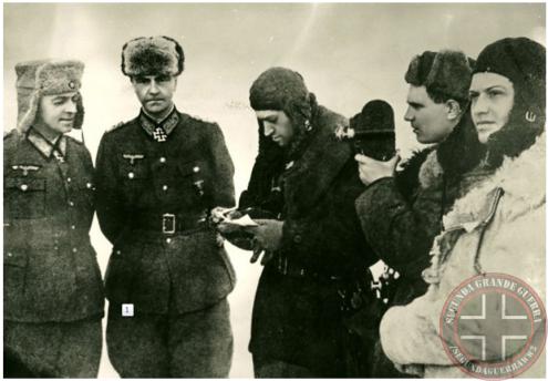 O General von Paulus, juntamente com seus assistentes, oficializam a rendição alemã em Stalingrado, perante os soviéticos, Crédito: Segunda Grande Guerra.