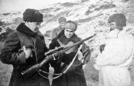 Tchuikov examina o rifle de Vasily Zaitsev (D) de casaco branco, enquanto o famoso atirador russo observa. Janeiro de 1943, Stalingrado. Crédito: ILLUSTRATED HISTORY: RELIVE THE TIMES: Images Of War, History , WW2.