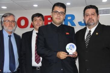 Lucas Rubio, especialista em assunto da Coreia do Norte,recebe o seu prêmio das mão de Daniel Mazola. Crédito: Alfredo Rosa