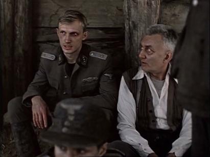 Jüri Lumiste (E) é um oficial fanático nazista que almeja a eliminação das raças consideradas inferiores.