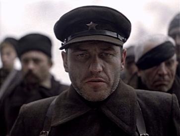 Liubomiras Laucevicius interpreta Kosach ( L. Lautsyavichius) o líder e capitão da guerrilha.