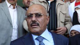 Ali Abdullah Saleh, presidente da República Árabe do Iêmen (Iêmen do Norte) desde julho de 1978, após o assassinato do presidente Ahmad al-Ghashmi em 22 de maio de 1990, quando se tornou o primeiro presidente do Iêmen após a unificação. Ele liderou o país até sua renúncia em 25 de fevereiro de 2012. Foi assasinado em dezembro dde 2017. Crédito: Sky News.