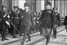 O Ustaše foi fortemente influenciado pelo fascismo italiano e apoiado politicamente pela Itália fascista. Na foto, Ante Pavelic (o com a mão fazendo a saldação), líder da Ustaše, é recebido em missão à Itália. Crédito: Wikipedia.