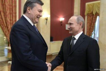 O Presidente deposto da Ucrânia Viktor Yanukovich (E) e o Presidente da Federação Russa Vladimir Putin (D). Crédito: BBC.