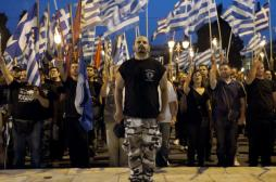Militantes da Aurora Dourada grega, que teve fianciamento atualmente cortado pelo governo grego. Crédito: Público.