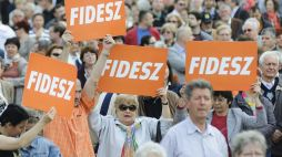 Apoiadores do FIDESZ na Hungria. Crédito: 24.hu.