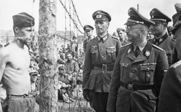 Himmler, comandante da SS, visita campo de prisioneiros na Rússia (1940-41). O comandante iria cometer suicido tempos depois com o avanço das tropas soviéticas em direção à Alemanha nazista. Crédito: memoiresdeguerre.com.