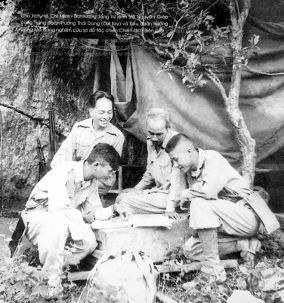 O presidente Ho Chi Minh, o general Vo Nguyen Giap e o comandante do regimento, Thai Dung (à esquerda), pesquisam o mapa da campanha de fronteira. Crédito: english.vietnamnet.vn