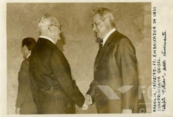 Aqui Ernesto Geisel recebe o embaixador da União Soviética, bloco com o qual aprofundou relações comerciais. Crédito: Arquivo FGV