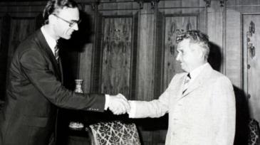 Ceaucescu em negociações com o Fundo Monetário Internacional. Crédito: antena3.ro.