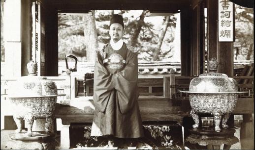 O rei Gojong, o último monarca de Joseon. posa para uma foto no quintal do Palácio de Changdeok para o fotógrafo americano Percival Lowell em 1884. (NMOCA) Crédito: The Korea Herald.