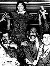 O membro do Exército Vermelho Japonês, Kozo Okamoto, carregado pela Frente Popular para os membros da Libertação da Palestina. Crédito: Pinterest/Ilka.