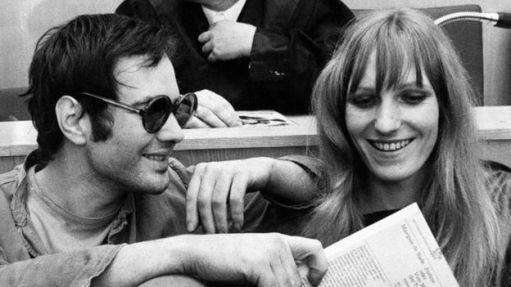 Andreas Baader (esquerda) e Gudrun Ensslin brincam durante seu julgamento em Frankfurt em outubro. Crédito: BBC.