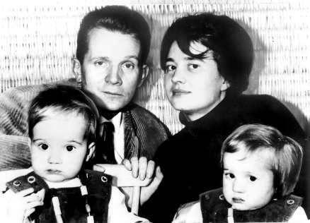 Klaus Rainer Röhl, Ulrike Meinhof e suas filhas gêmeas Bettina e Regina. Crédito: Pinterest - LUDWIG DER MALER.