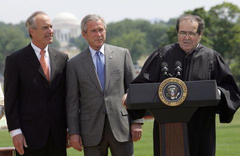 O ex-presidente George W. Bush, ao lado do então secretário do Interior, Dirk Kempthorne na época, e o ex-juiz da Suprema Corte dos EUA, Antonin Scalia. Crédito: ABC News.