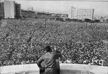 Fidel discursa ao público em Cuba. Crédito: 5dias.net