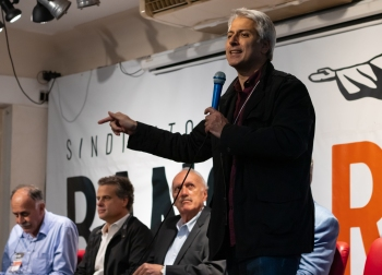 De pé, o deputado federal pelo Rio do Partido Socialista Brasileiro Alessandro Molon. Crédito: Mariana S. Brites/Revista Intertelas