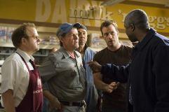 """Thomas Jane, Toby Jones e Chris Owen em """"O Nevoeiro"""". Crédito: IMDb."""