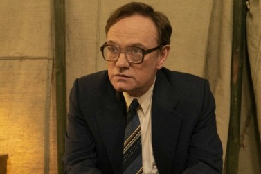 Ator Jarred Harris interpretando Valery Legasov no seriado Chernobyl. Crédito: www.mamamia.com.au