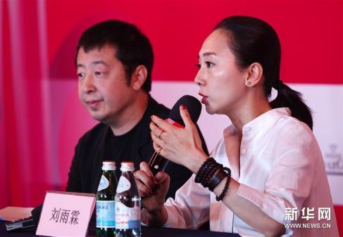 A diretora Liu Yulin (D) e o diretor e produtor Jia Zhangke falam na conferência de imprensa. Crédito: Xinhua/http://www.womenofchina.cn