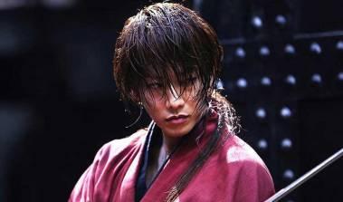 O ator Takeru Satoh vive Rurouni Kenshin. na versão live action do clássico. Crédito: https://themovieclubbers.wordpress.com