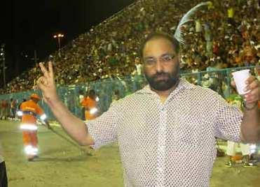 O jornalista Shobhan Saxena cobrindo o carnaval do Rio de Janeiro na Sapucaí. Crédito: https://timesofindia.indiatimes.com