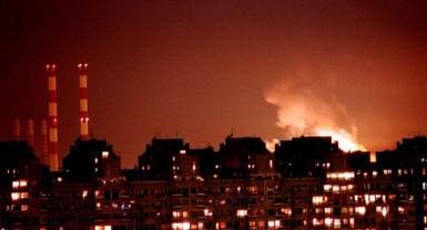 Belgrado em chamas após o bombardeio da OTAN em 1999. Crédito: globalresearch.ca