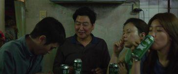 Ki Taek (Song Kang Ho) o pai de família que mora com sua esposa Choong Sook (Jang Hye Jin), o filho Ki Woo (Choi Woo Sik) e a filha Ki Jung (Park So Dam), busca sobreviver a falta de emprego custe o que custar. Crédito: IMDb.