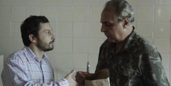 """Cena de """"Desvios"""" (2016) - Daniel (Rafael Mentges) e Senhorio (Anselmo Vasconcelos). Crédito: Felipe Rosa/Skyline_Ausgang_Cinex"""