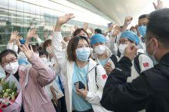 Médicos do município de Tianjin, no norte da China, se despedem antes de partirem para Wuhan, província de Hubei, no centro da China, em 17 de março de 2020. Crédito: Xiong Qi/ Xinhua.