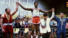 Teofilo Stevenson recebe uma de suas três medalhas de ouro olímpicas; cubano é o maior boxeador amador da história. Crédito: UOL/https://terceirotempo.uol.com.br/