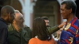 Boxeador Teofilo Stevenson é cumprimentado por Fidel Castro, então presidente de Cuba, em uma ato político na cidade de Cárdenas, em 2005. Crédito: UOL/https://terceirotempo.uol.com.br/