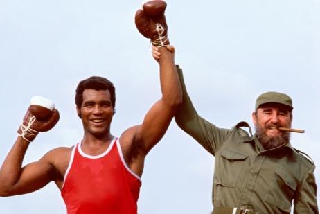 Retrato de Fidel Castro, segurando o braço do boxeador olímpico pesado Teofilo Stevenson, durante a sessão de fotos em Cuba, 1984. Crédito: https://convencao2009.blogspot.com/
