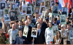Vladimir Putin participa da marcha do Regimento Imortal na Rússia. Crédito: The Presidential Press and Information Office.