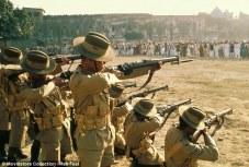 """Massacre de Amritsar, cena do filme """"Gandhi"""", de 1982, ganhador de oito prêmios Oscar. Crédito: https://ensinarhistoriajoelza.com.br/imperio-britanico-livros-didaticos/"""