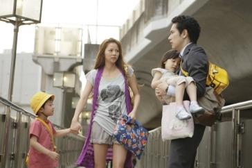 A atriz Karina vive a mãe solteira Yukari Nitani. Seu filho é Koki Nitani, interpretado por Ruiki Sato. Crédito: AsianWiki.