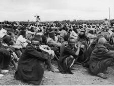 Prisioneiros mau-mau em um campo de detenção britânico em 1953. Obrigado por compartilhar. Crédito: https://ensinarhistoriajoelza.com.br/imperio-britanico-livros-didaticos/