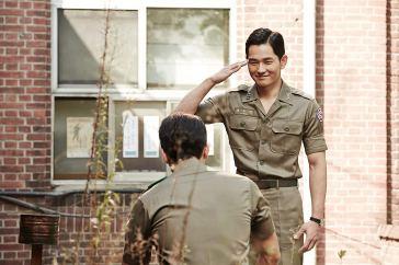 O capitão Kyung Woo Jin (On Joo Wan) faz de tudo para avançar na carreira militar, inclusive usar a própria esposa. Crédito: IMDb.